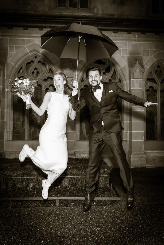 Sprung in die Ehe mit Regenschirm