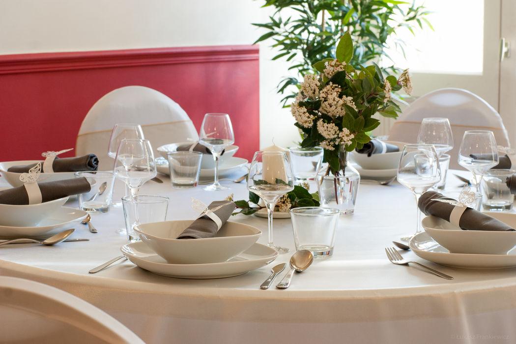 Nous proposons une décoration simple des tables à des frais supplémentaires.