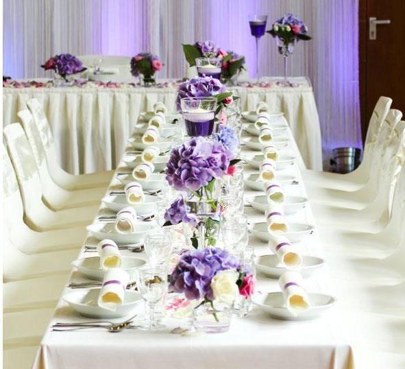 Beispiel: Tischdekoration lila, Foto: Ksenia Becker.