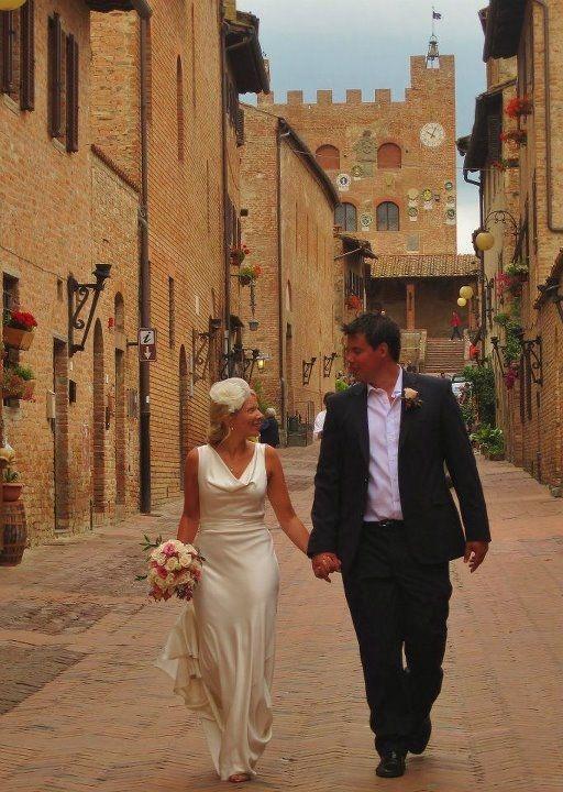 Una coppia di sposi nel borgo medievale di Certaldo Alto, a pochi passi dall'Hotel Certaldo (Toscana)