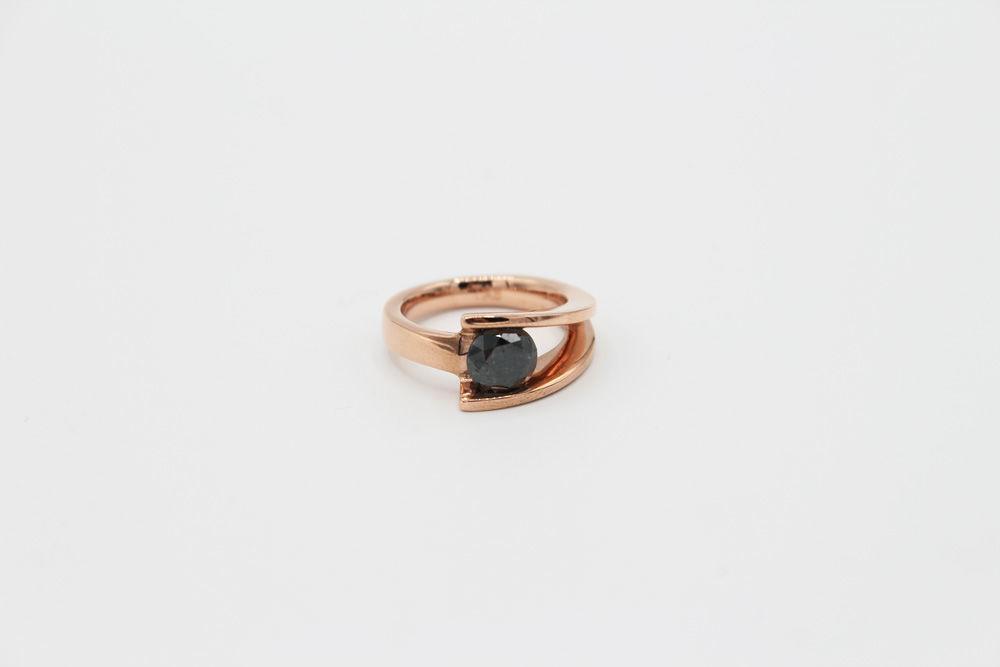 Piezas exclusivas, anillo en oro rosado y diamante negro central de 1.15ct