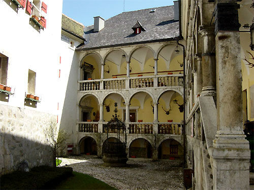 Beispiel: Brunnen im Innenhof, Foto: Burg Strechau.