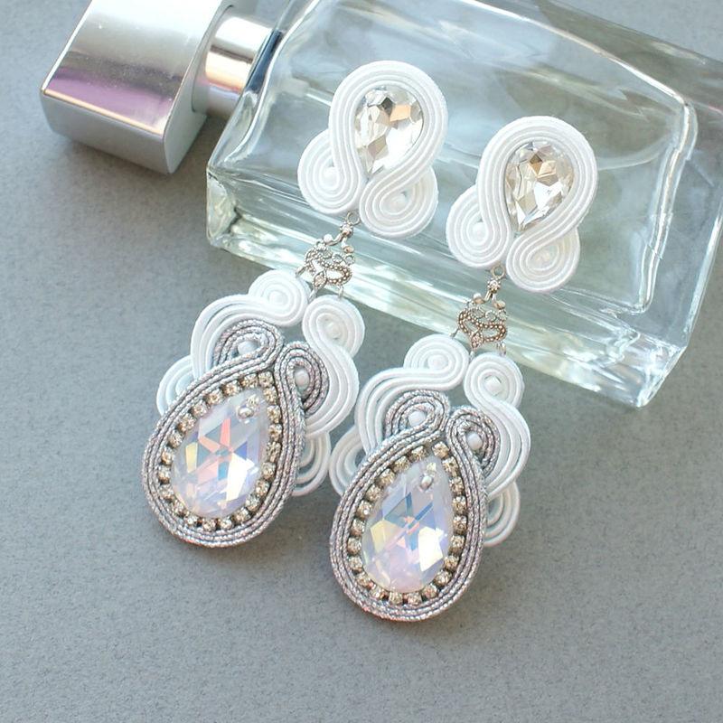 Kolczyki wykonane z kryształów i elementów srebrnych.