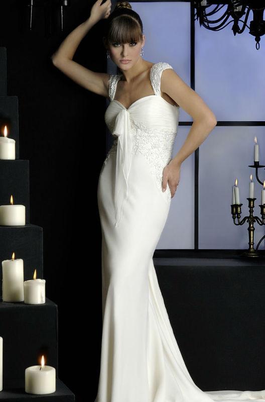Beispiel: Mode für die Braut mit Stil, Foto: Fabula Brautmode.