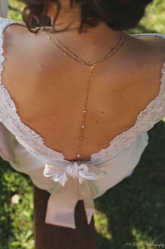 Détail du collier de dos plaqué Or et perles d'eau douce. la délicatesse d'un mini fermoir. Robe Atelier d'Elea