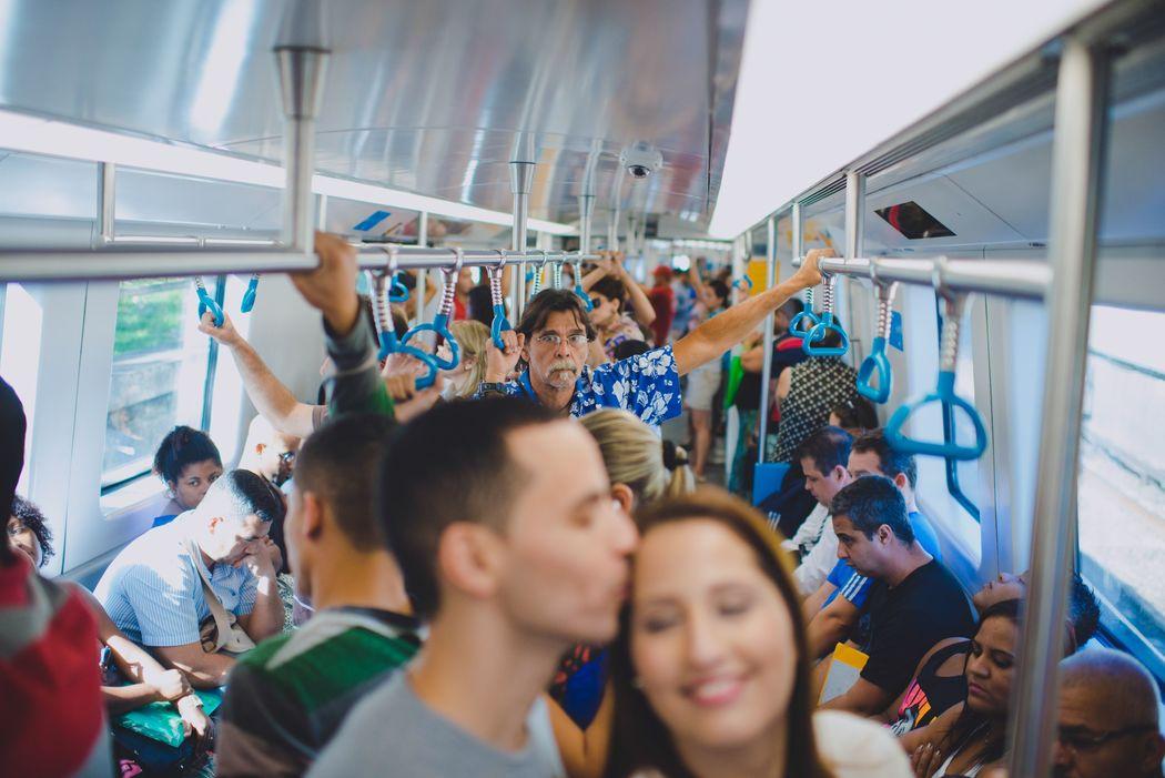 noivos no metrô