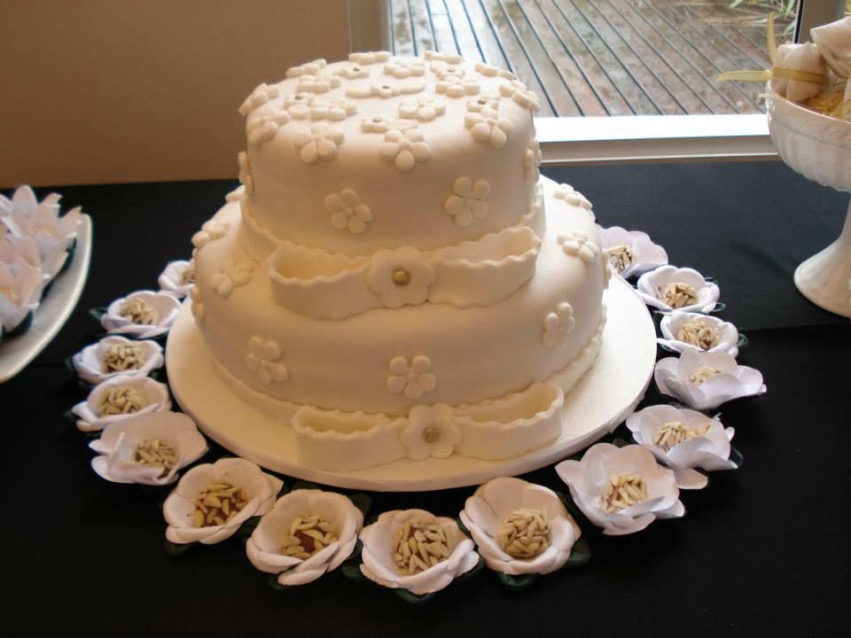 Bolo de Casamento de Pasta Americana e Brigadeiros Gourmet