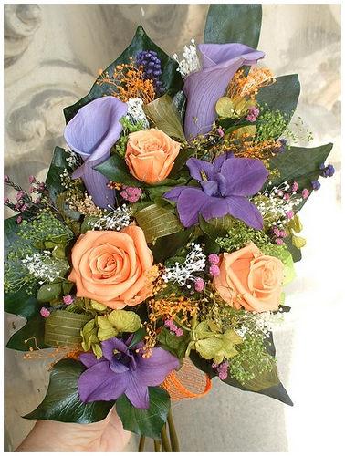 Dendrobium morado, cala lila y rosa naranja