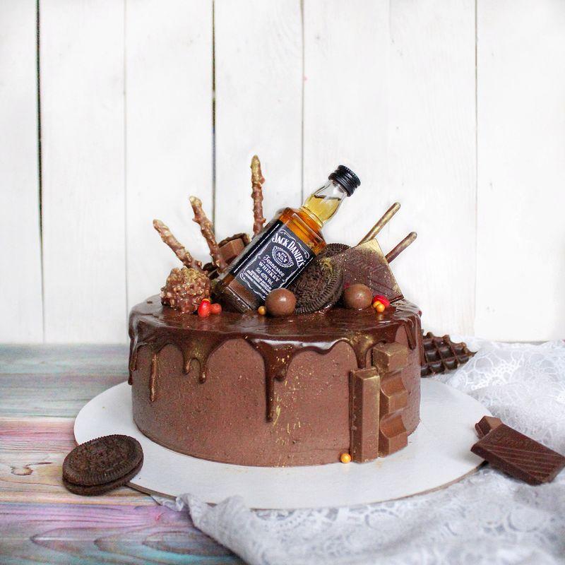 Супер шоколадный торт с бутылочкой любимого Jack Daniels.
