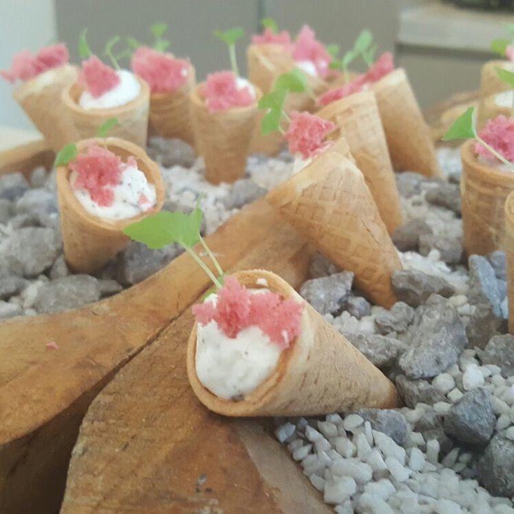 amuse - hartige ijshoorntjes met een creme van Parmezaanse kaas & truffel - spongecake van zontomaat