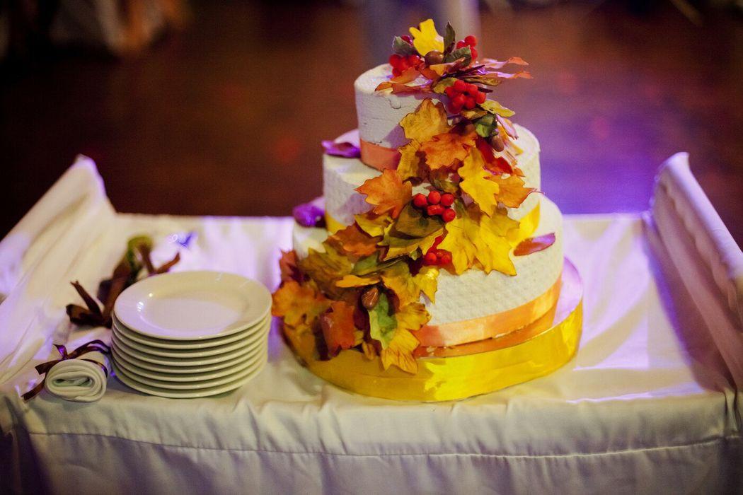 Осенний свадебный торт,декор-сахарные листья ручной работы