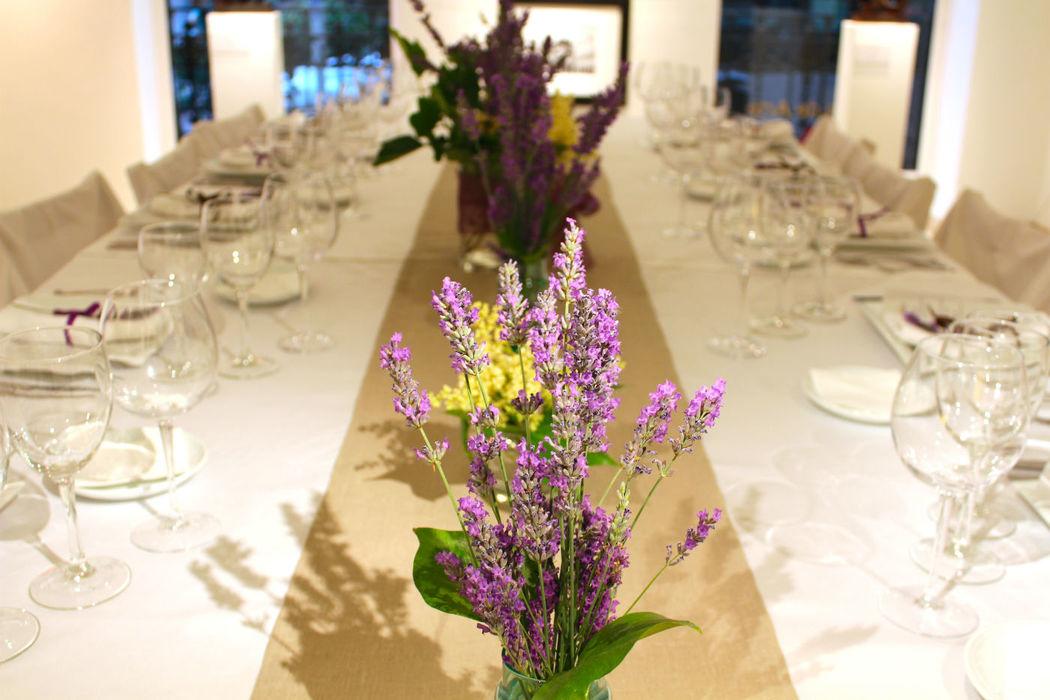 Montaje de mesa para boda o pedida de mano en la Galería de Arte David Bardía