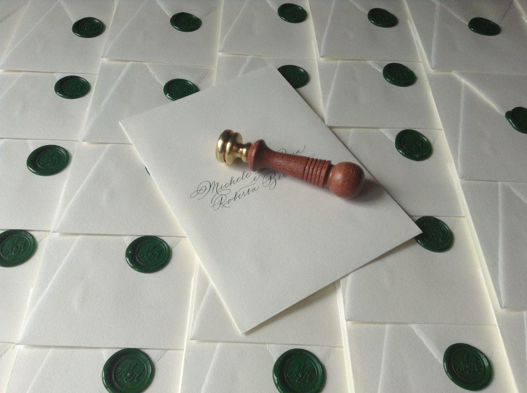 Il Calligrafo - Intestazione buste a sacchetto avorio in carta Amalfi manoscritte in verde con sigillo verde.