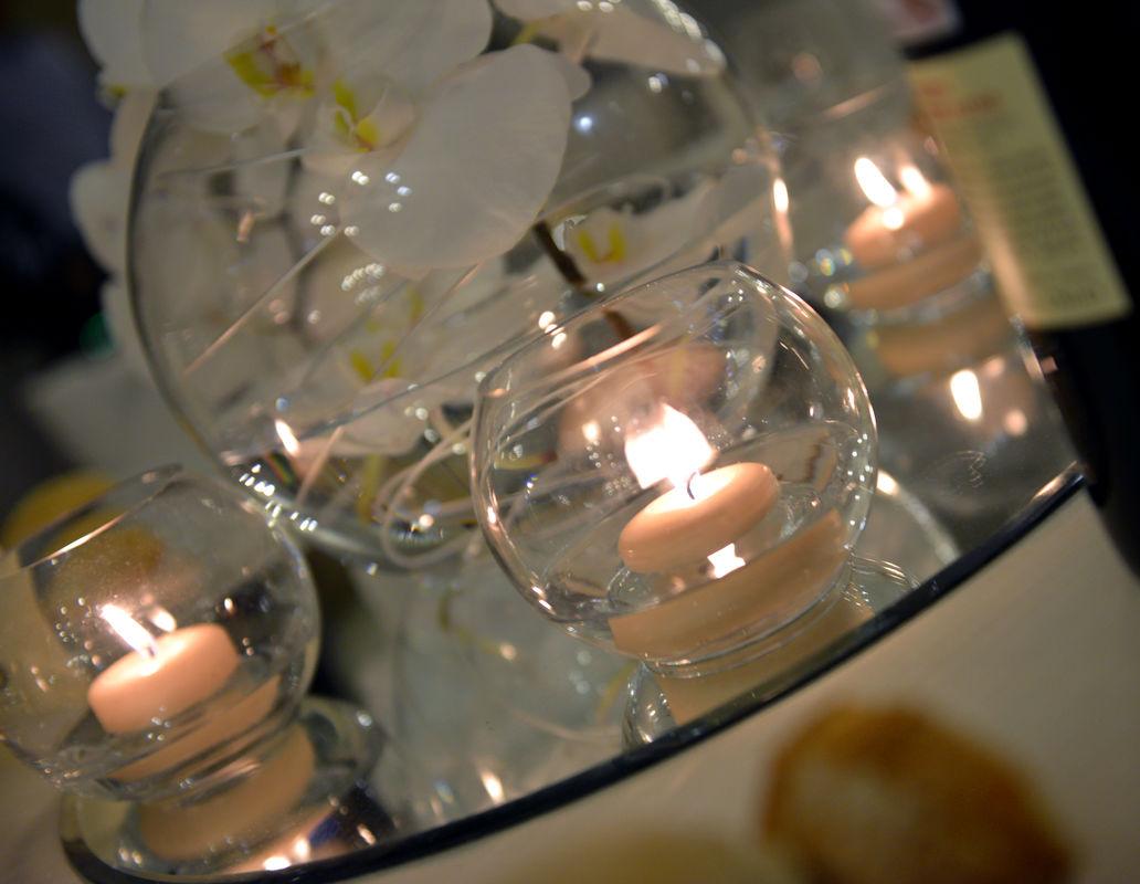 rossevents - ice white winter Gennaio 2014 centrotavola bianco, in coppe di vetro trasparenti con orchidee e candele galleggianti