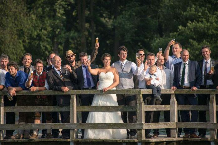 Beispiel: Brautpaar und Gäste, Foto: eventt.