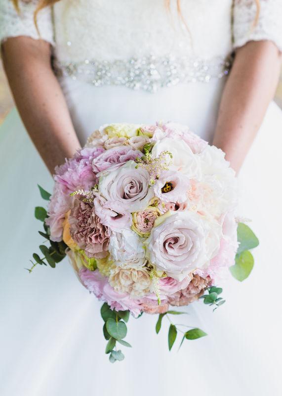 Sehr edler & kompakt gefertigter Brautstrauß in blushed Pastells mit der geliebten