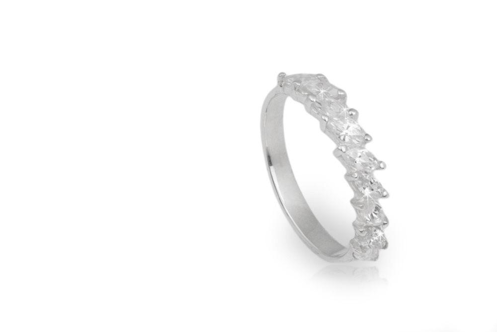 Oro blanco con nueve diamantes corte marquiz de .15ct