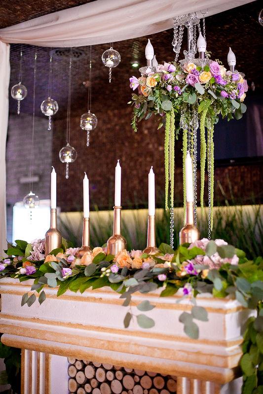 Президиум, оформление свадьбы, камин, зона президиума, люстра в оформлении свадьбы