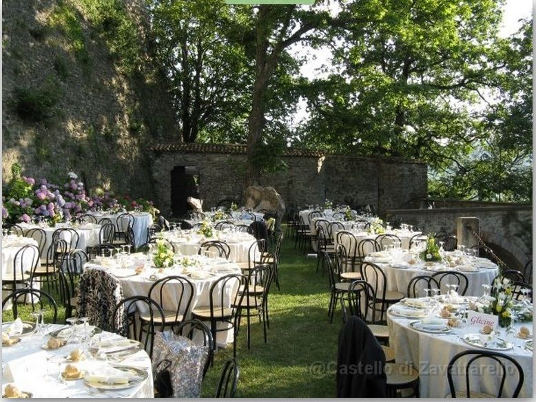 Ampio spazio per il banchetto nel giardino del Castello dal Verme di Zavattarello