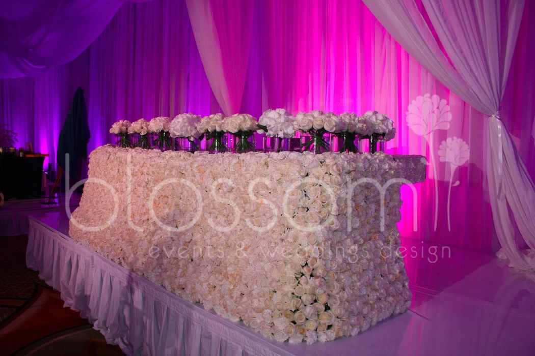 Otra vista de la mesa de novios que hicimos con más de 2,500 rosas.