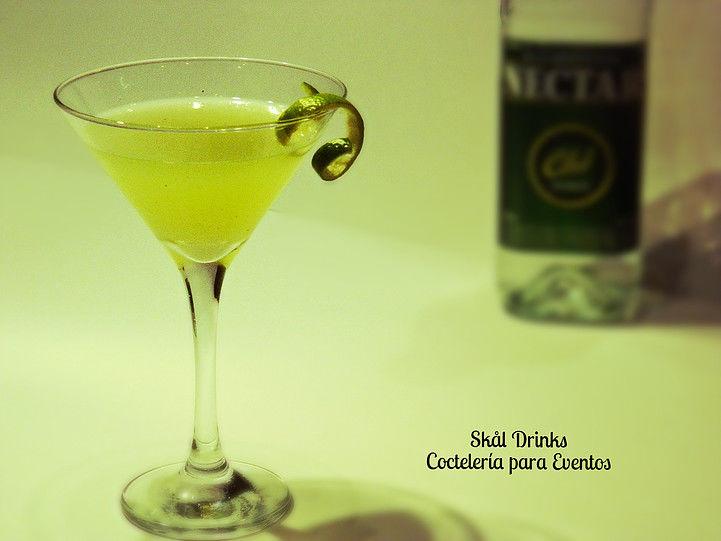 Basil Sour,  delicioso cóctel de Aguardiente Colombiano, Syrup y hojas de Albahaca y Zumo de limón.