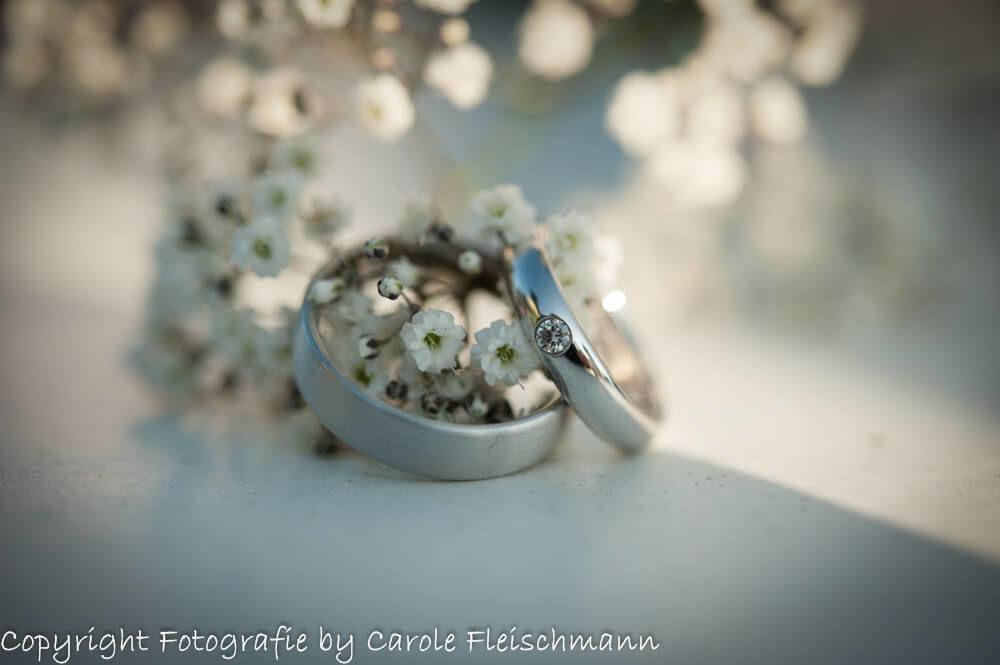 Beispiel:Die Hochzeitsringe mit Blumen,Foto:Carole Fleischmann Fotografie