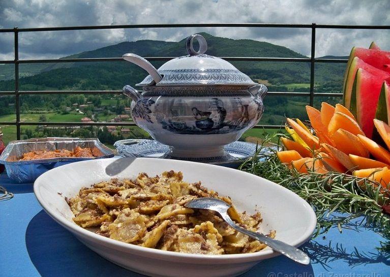 Piatti tipici locali serviti nella terrazza panoramica: un privilegio!