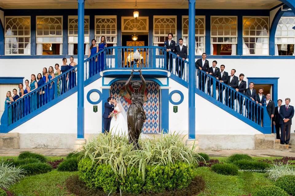 Os noivos e seus padrinhos e madrinhas