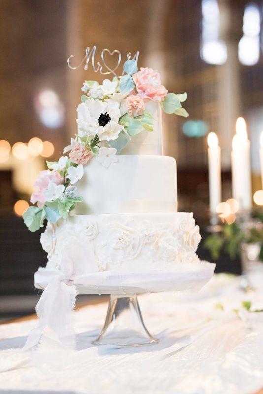 Bruidstaart met bloemenwaterval van verschillende handgemaakte bloemen