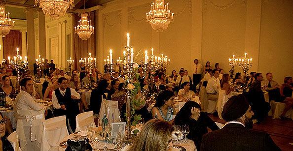 Beispiel: Hochzeitsgesellschaft im Festsaal, Foto: Café -Restaurant Orangerie.