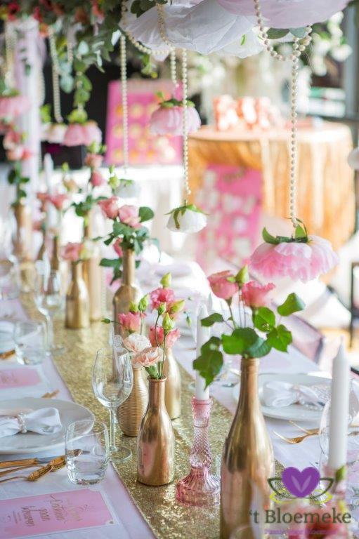 Fleurige kleuren met bloemen en decoratie bij de dinertafel.