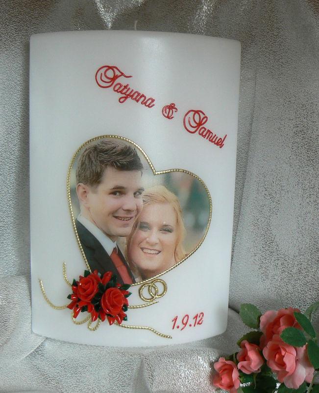 Hochzeitskerze Fotodruck in Herzform mit roten Rosen Handgearbeitete Hochzeitskerzen, in vielen verschiedenen Variationen. Auf Sie als Brautpaar zugeschnitten. Ich berate Sie gerne. Mehr dazu unter www.kerzenatelier.ch