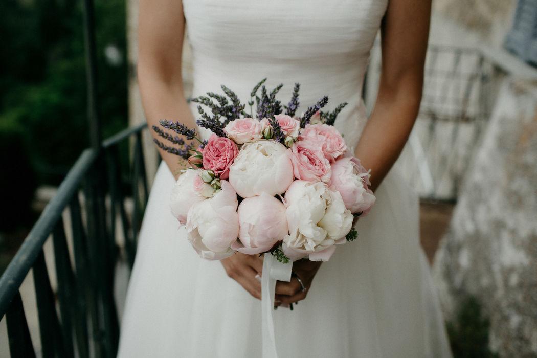 Per Coquette Atelier Carla Penoncelli. Bouquet di peonie e lavanda.
