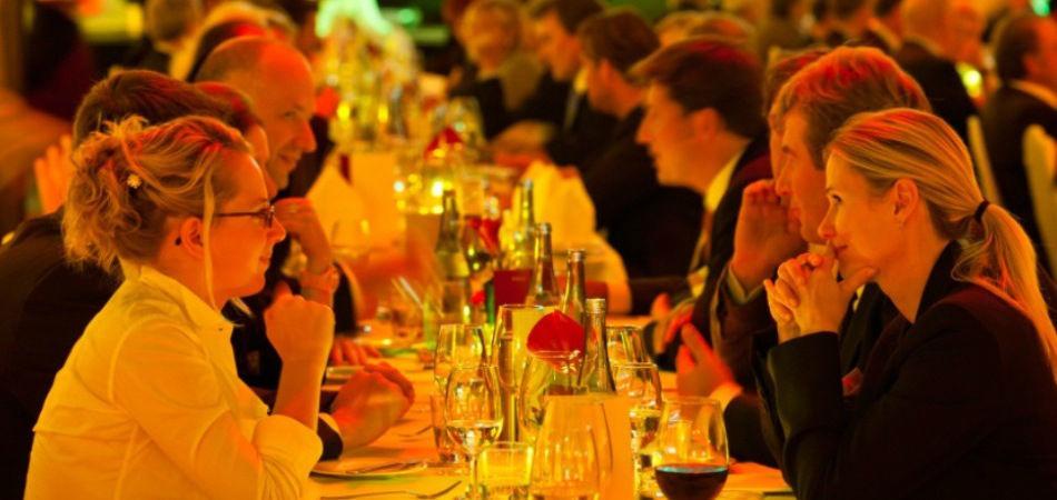 Beispiel: Hochzeitsgesellschaft, Foto: Rauschenberger Eventcatering.
