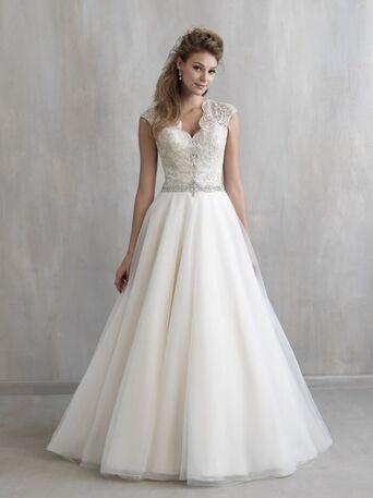 Симметричные узоры серебрянной нитью на корсете, оригинальная форма воротника и сексуально открытая спина прекрасно дополняют спокойную фатиновую юбку.