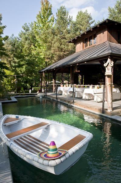 Beispiel: Ruderboot auf dem Bio-Schwimmbad, Foto: Traumgarten Thalwil.
