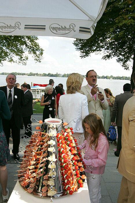 Beispiel: Hochzeitsgesellschaft auf der Terrasse, Foto: Dämeritz Seehotel.