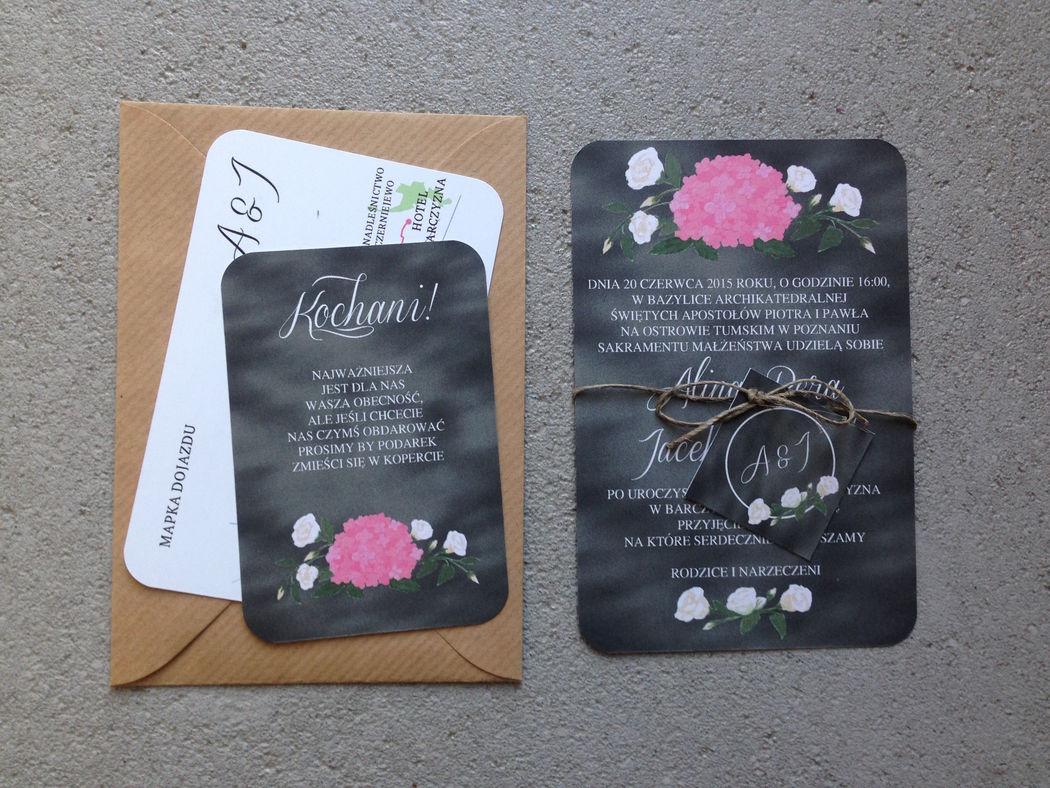 Zaproszenia ślubne Malowane Kwiaty - z motywem hortensji i eustomy na czarnym tablicowym tle.