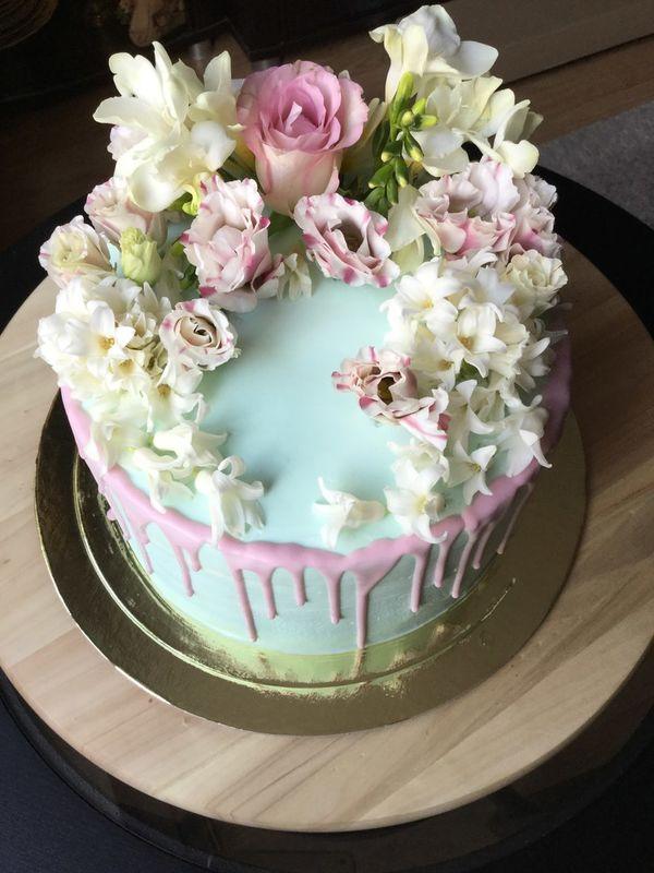 Торт украшенный живыми цветами