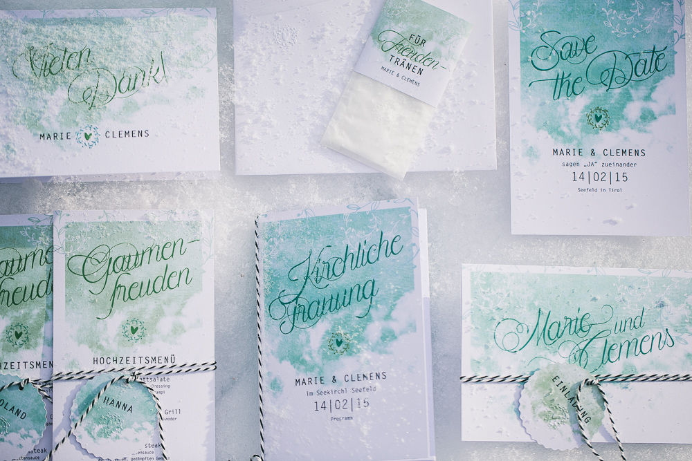 Beispiel: Save-the-date-Karte, Hochzeitseinladung, Kirchenheft, personalisierte Menükarte, Freudentränen-Säckchen und Dankeskarte, Foto: © paperworks.