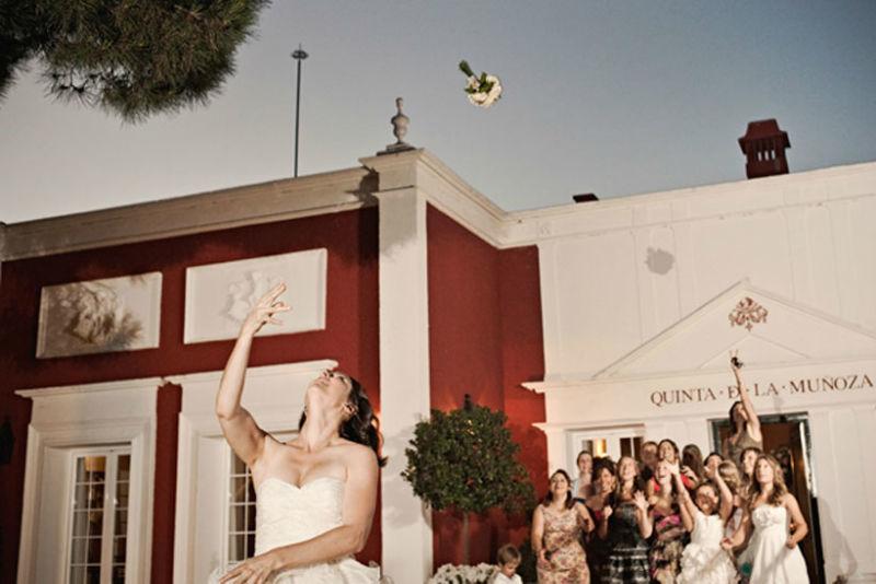 La novia lanza el ramo