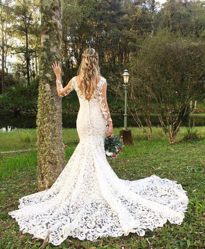 Vestido feito com renda guipure francesa em design arabesco