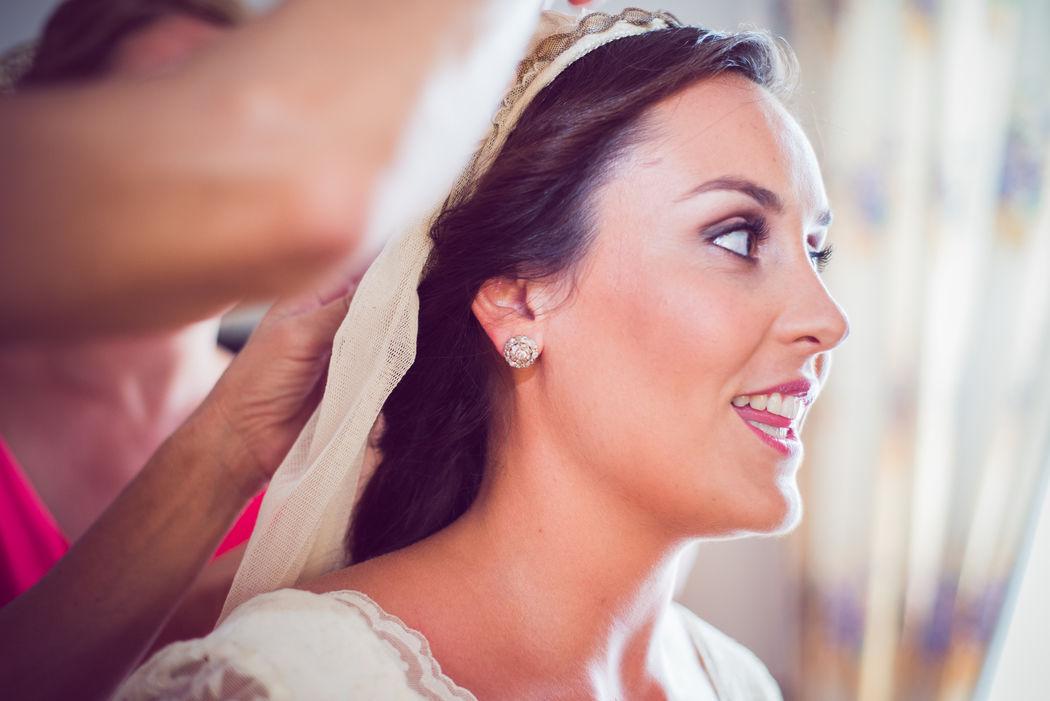E+C Vistiendo a la novia - efeunoocho fotografía de boda