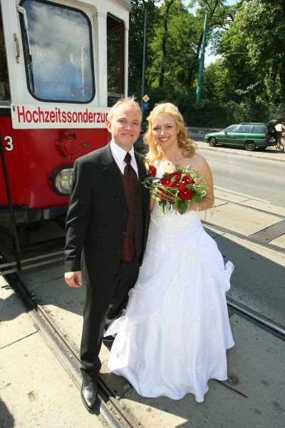 Beispiel: Glückliches Brautpaar, Foto: Rent a Bim.
