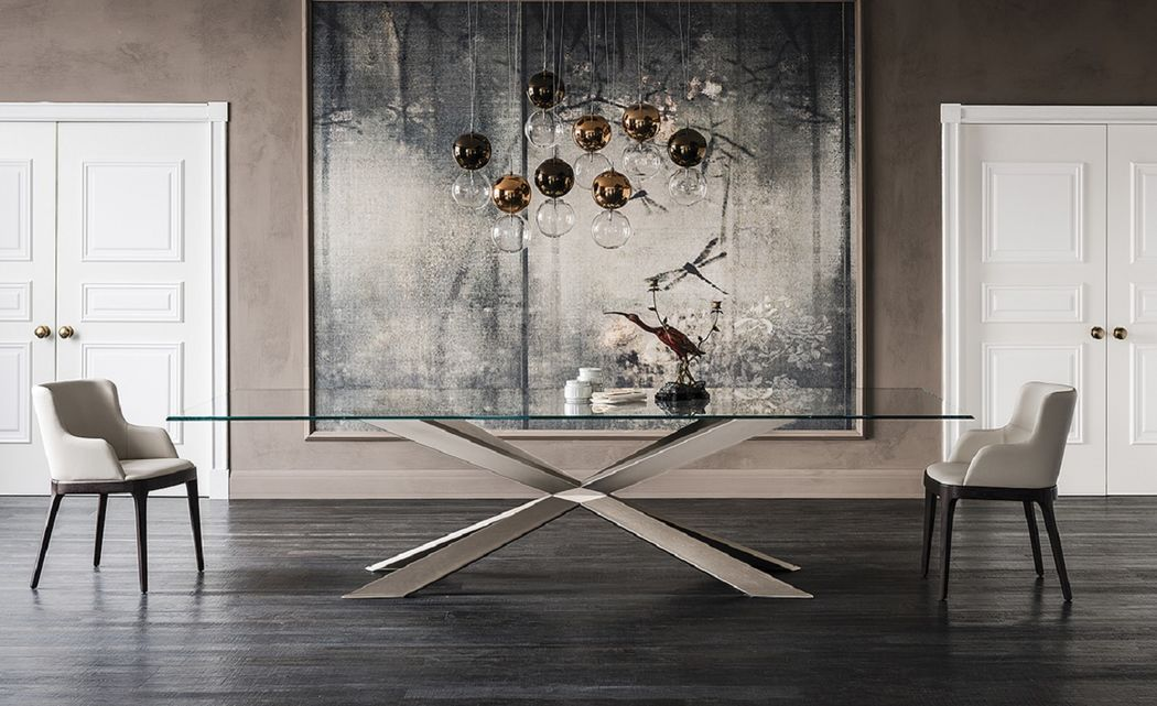 Spyder Table becomes the protagonist of the environment that hosts it. With its painted steel base and top resting in clear glass, it embodies robustness, stability and elegance. The modern design and clean lines make it perfect in a home with a classic and modern style.