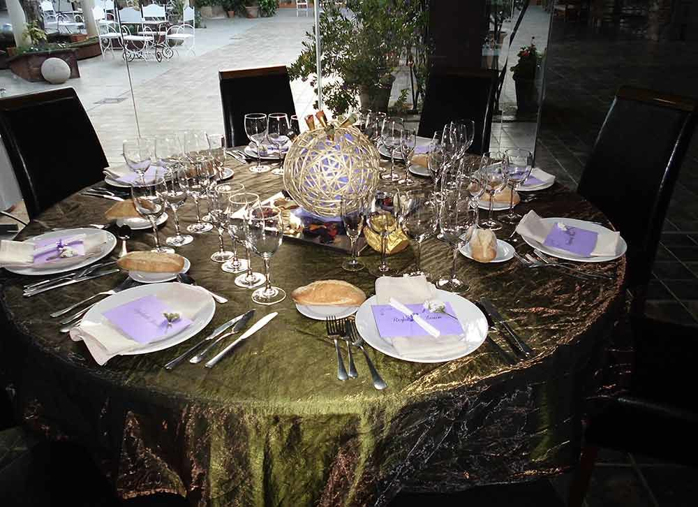 Centro de mesa con mantelería verde
