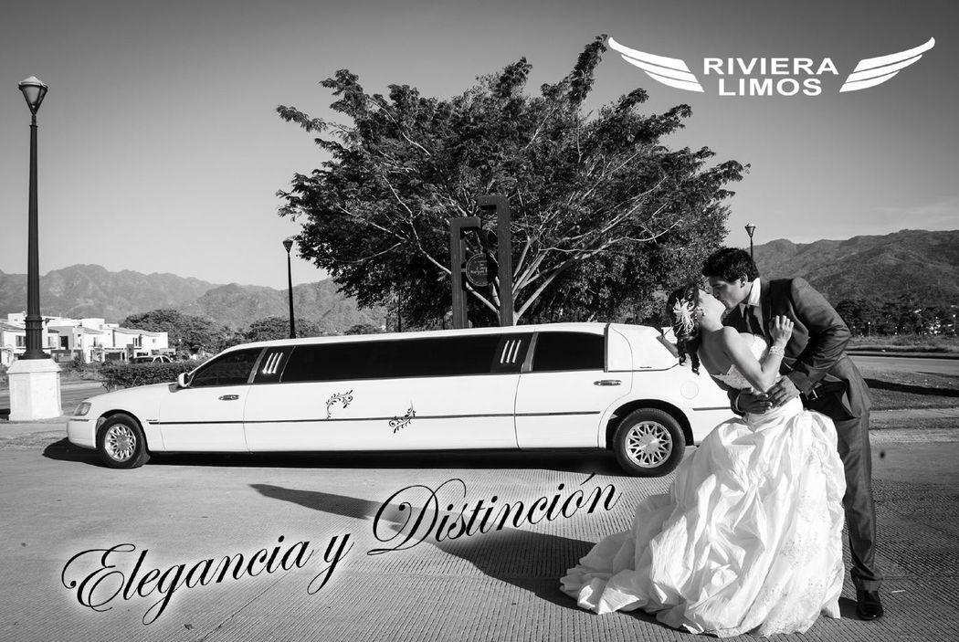 Lincoln Town Car capacidad para 8 pasajeros,Color Blanco Perla con toldo Negro, 3 pantallas, sonido, A/C