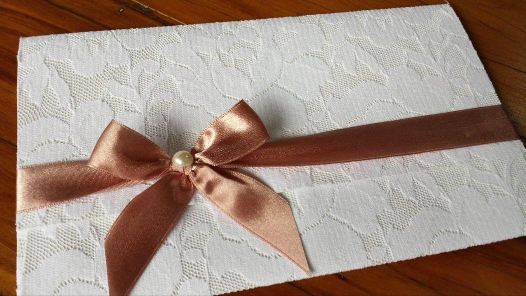 Convite com envelope quadrado, no tamanho 15x25cm revestido em renda plana