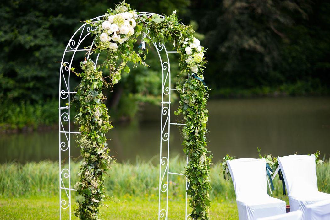 Rosenbogen für die Freie Trauung im Greenery Stil dekoriert Foto: Rebecca Dykema Hochzeitsfotografie