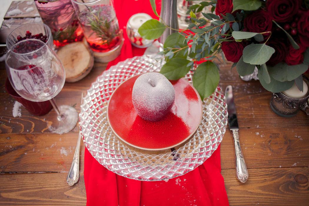 зимняя свадьба, сервировка стола, красный, яблоки